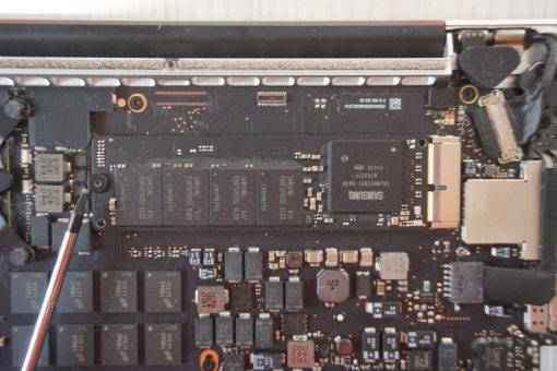 MacBook Pro Retina loosen SSD screw